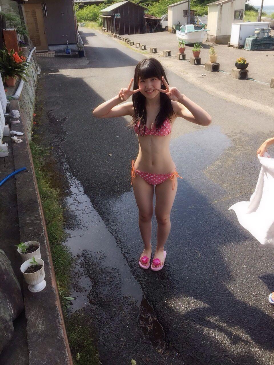 水着でピースする村山彩希の画像