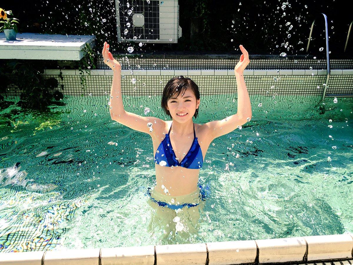 プールで遊ぶ岡田奈々