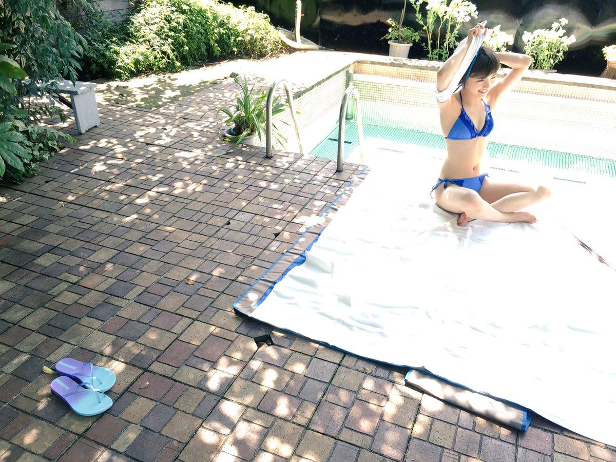 プールサイドに水着で座る岡田奈々