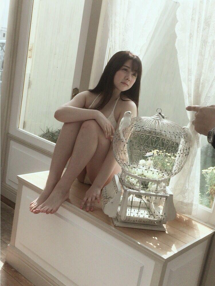 水着を着て台の上に座っている村重杏奈の画像♪
