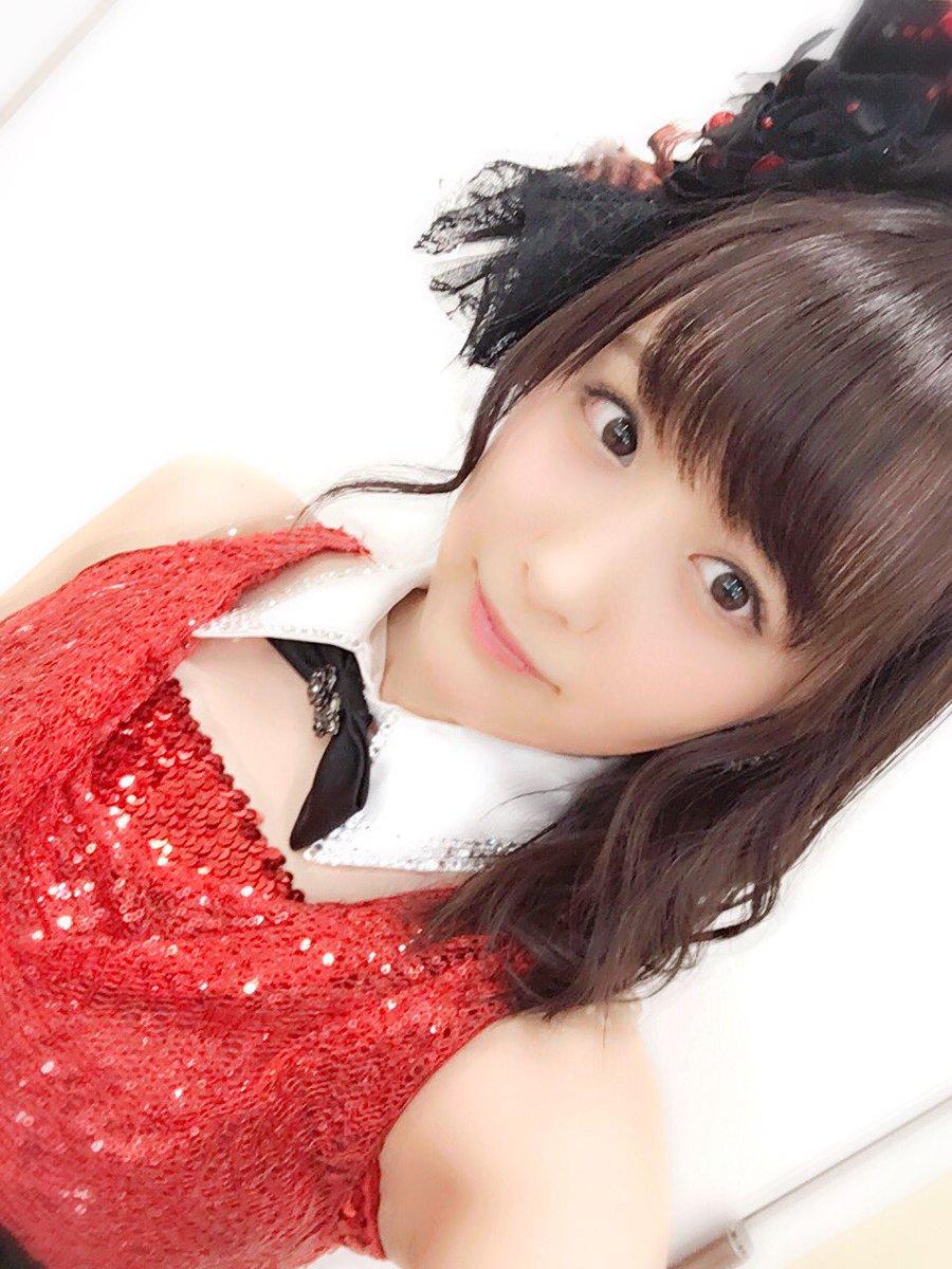 赤い衣装の鎌田菜月