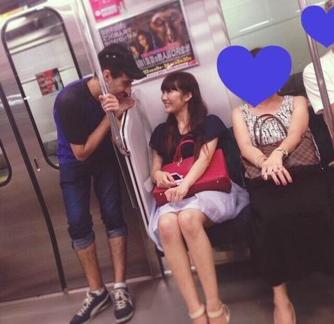 うどんNMBが電車内で男とイチャつく画像流出