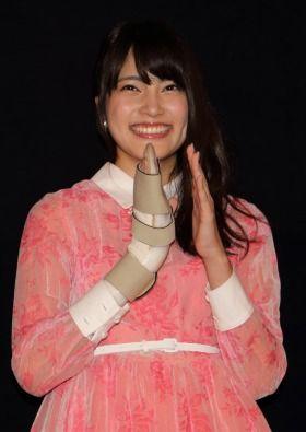 AKB48入山杏奈、ギプス姿で登場