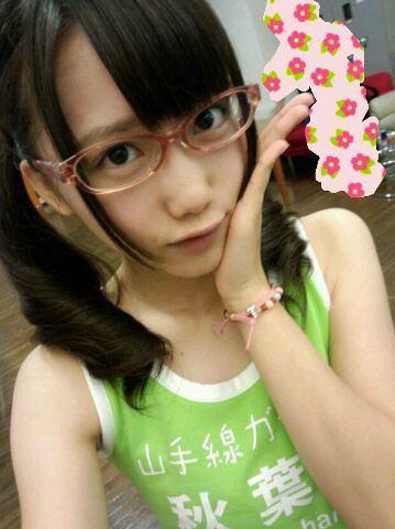 メガネをかけた加藤里保菜さん