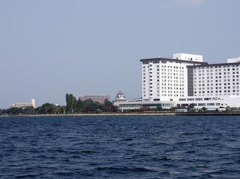湖上から見る長浜城小さい