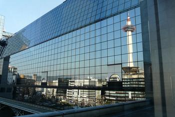 京都駅ビルに映る京都タワーとビル