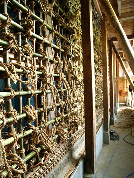 土蔵の縄と竹.jpg