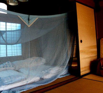 蚊帳を吊って.jpg
