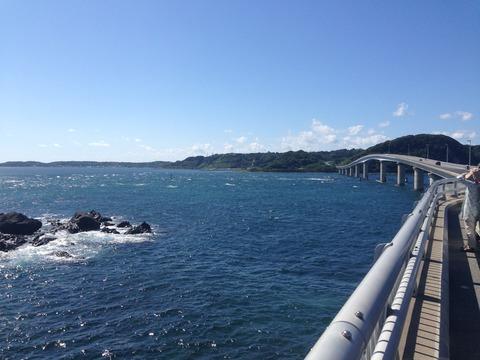 PC1は観光名所でもある角島。高架橋に吹き付ける北東風が強すぎる。