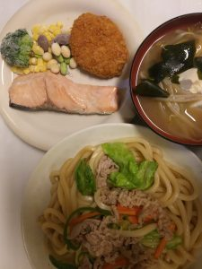 食費節約レシピ1日1人500円以下ふっくら鮭とやきうどん献立