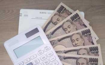 銀行からお金をおろす画像