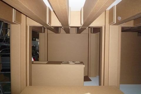 P1100102 段ボールハウスにはいろんな強化ダンボールでつくられた家具や 物干し竿や...