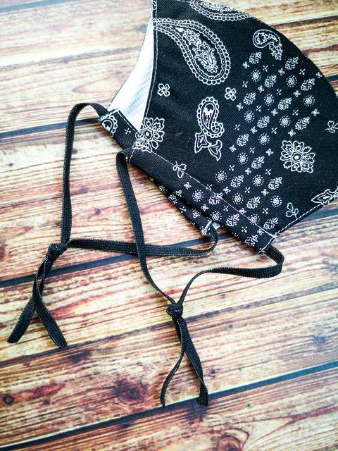 バンダナ柄冷感マスク 調節可能な紐