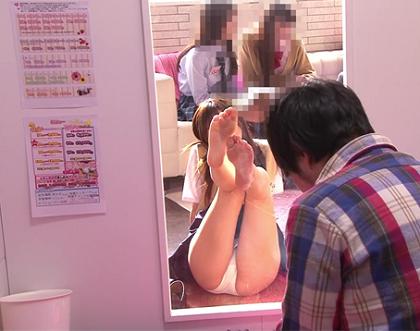 [女子高生の制服]を着用した女性が[JK見学店]で[マジックミラー越し]に[パンチラ挑発]をする動画