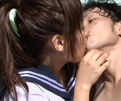 [ポニーテール]で[セーラー服][白ハイソックス]を着用した女性が汗をかいた男性を舐める動画