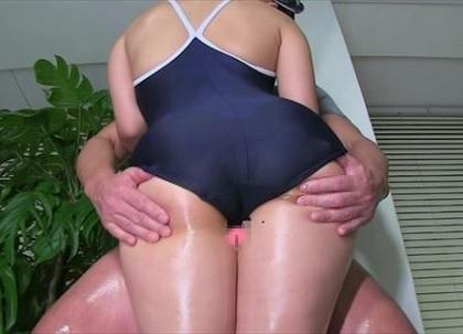 [スクール水着(競泳型)]を着用した女性が[ローション][着衣素股]で男性を射精させる動画