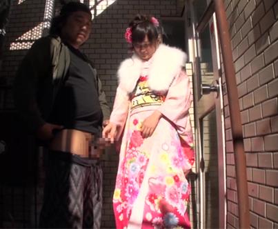 [階段踊り場]で[振袖]を着用した女性が[手コキ][フェラチオ]で男性を射精させる動画