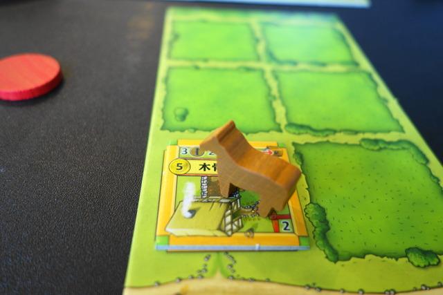 木骨造りの家タイルの上に馬駒の写真