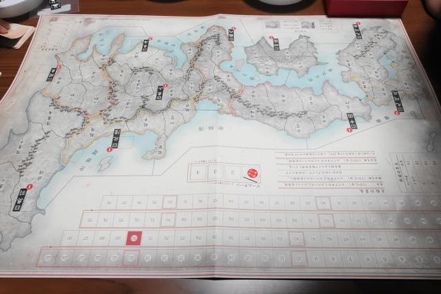 中央に広げたマップの写真