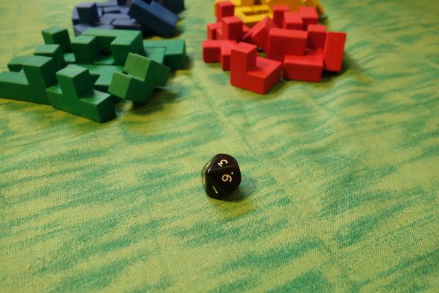 「ウボンゴ3D」の10面体サイコロを振っている写真