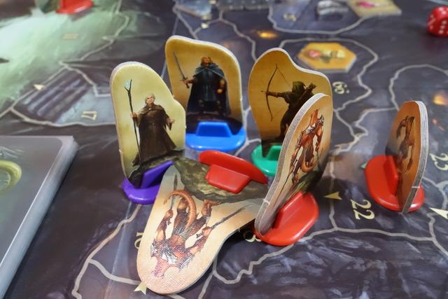 勇者駒3体が倒れいてるスクラル駒を囲んでいる写真