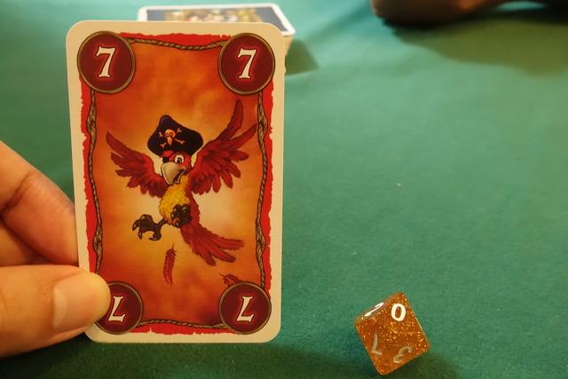 7の赤いカードを1枚持っているところ