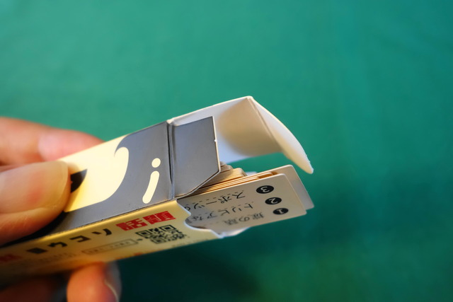 箱からカードを1枚出そうとしている写真