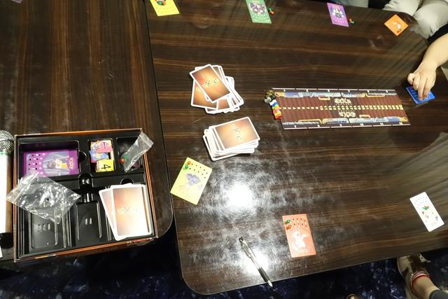 テーブルに置かれているディクシットのカード写真