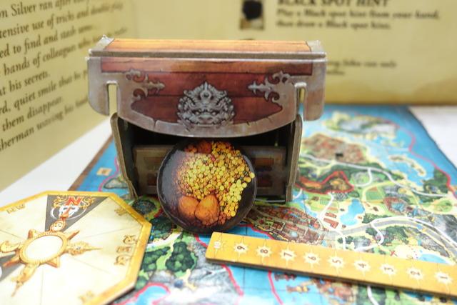 宝箱の中に正解トークンを入れている写真