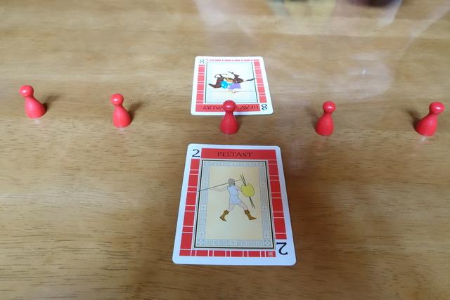 赤2のカードの向こう側に赤8の写真