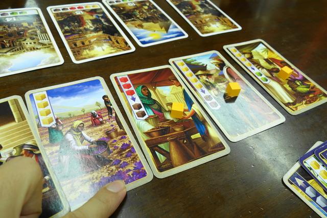 カードの上にスパイスを置いている写真