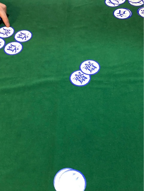 テーブルの中央に2枚のカード写真