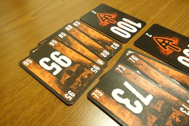 85のカードの上に95のカードを置いた写真