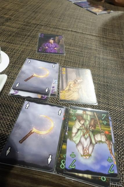 鎌が描かれたカードが2枚ある写真