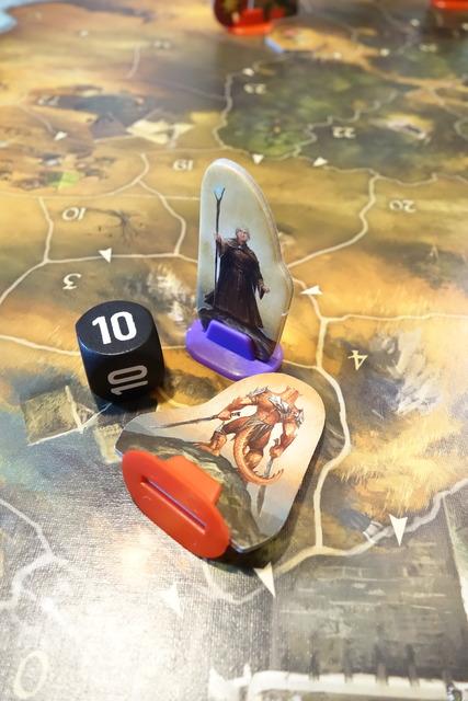倒れているスクラル駒と側に立つリファルドゥス駒