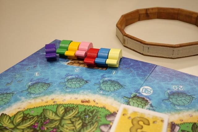 7色のカメが筏に並んでいる写真