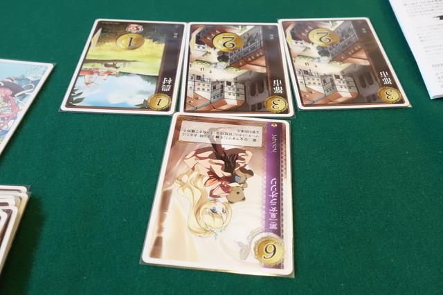 擁立シーン:第二皇女ラオリリの下に3枚のカードが置かれている