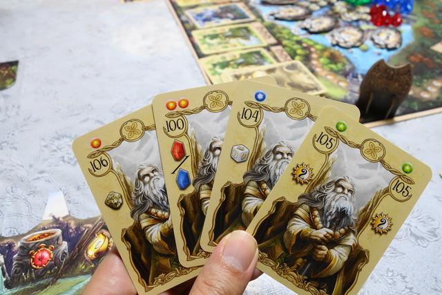 カードを4枚手に持っている写真