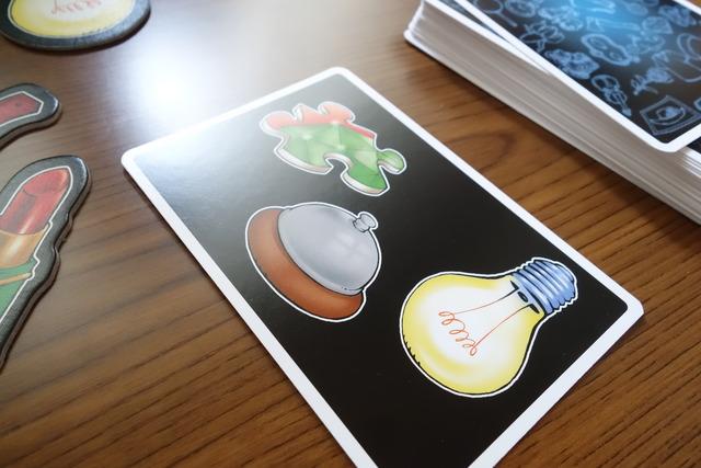 3つの絵が描いてある捲られたカードの写真