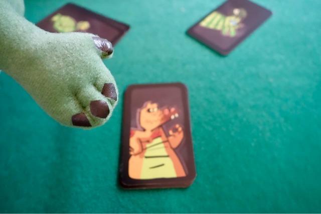 ワニのカードに手を出している写真