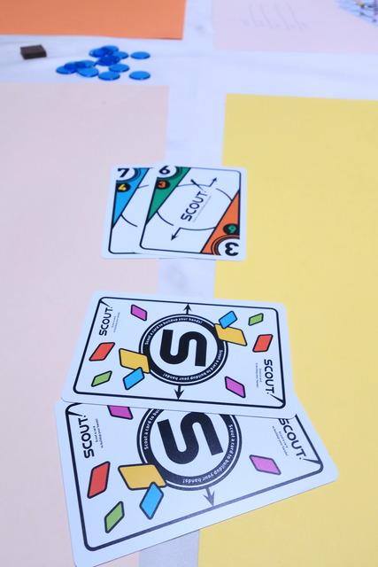 2枚のカードを出している写真