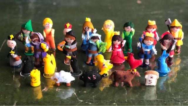 たくさんのフェルト製人形の写真