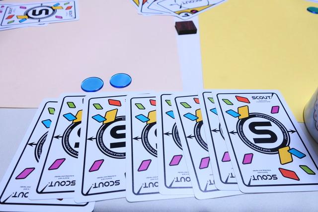 勝利点チップ2枚と裏向きのカード8枚が並んでいる写真