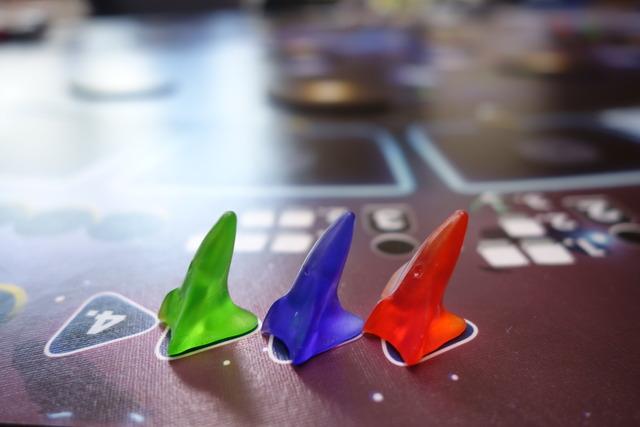 3色の宇宙船駒が並んでる写真