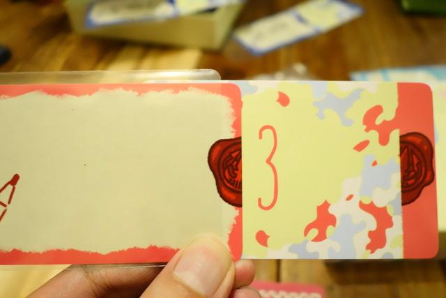 後ろに入っていたカードをスライドして出したところ