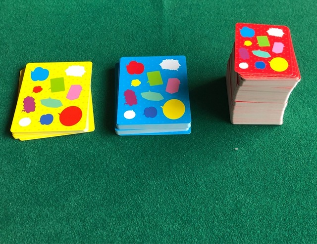 3種類のカードが山札になってる写真