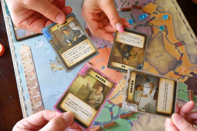 プレイヤー4人がそれぞれ役職カードを提示している写真