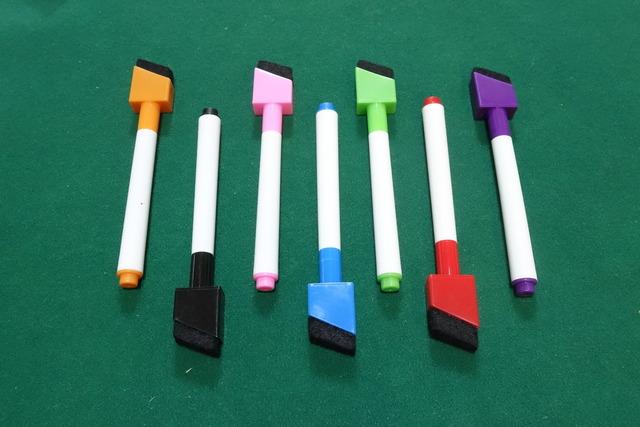 7色のペンの写真