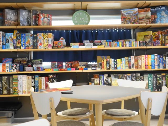 ボードゲーム棚とテーブルの写真