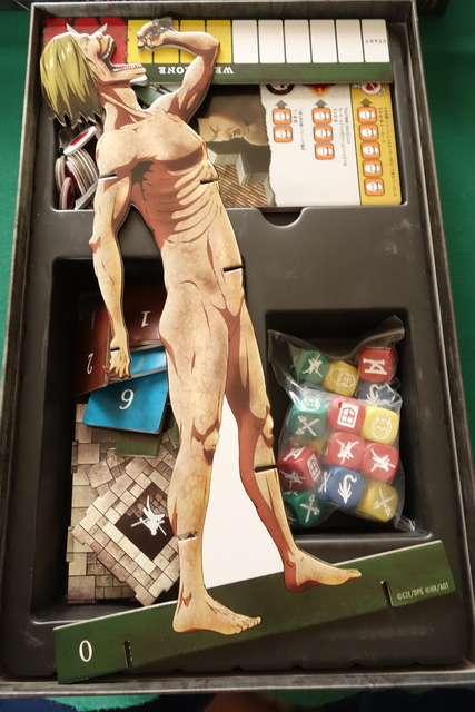 進撃の巨人ボードゲームの箱の中にギリギリ納まった巨人フィギュア